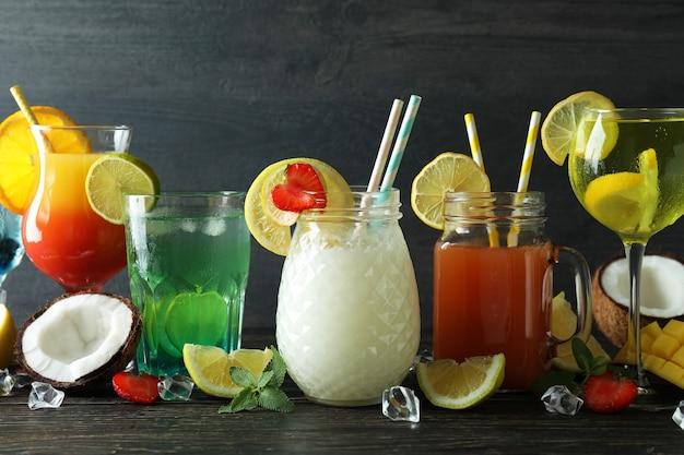 Cocktail estivi freschi sulla tavola di legno rustica