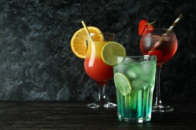 Cocktail estivi freschi sul tavolo rustico in legno