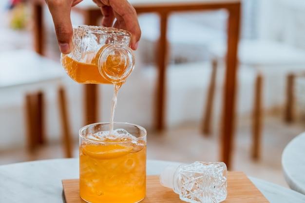 Bevanda analcolica fresca estiva versare nel bicchiere