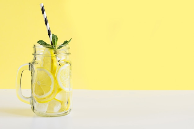 Frutta fresca estiva acqua o limonata con limone e menta. avvicinamento.