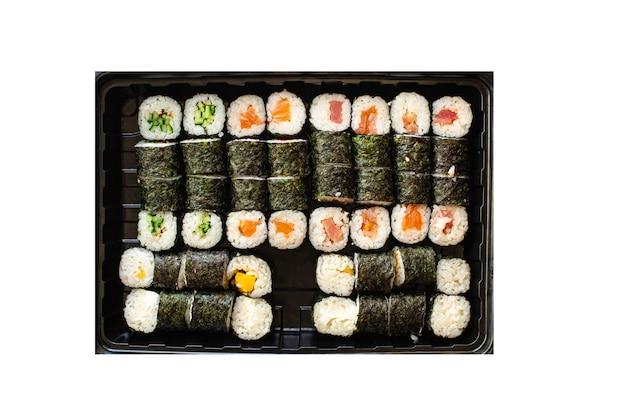 Sushi roll fresco frutti di mare multicolore maki susi salmone tonno riso nori wasabi sesamo cibo asiatico