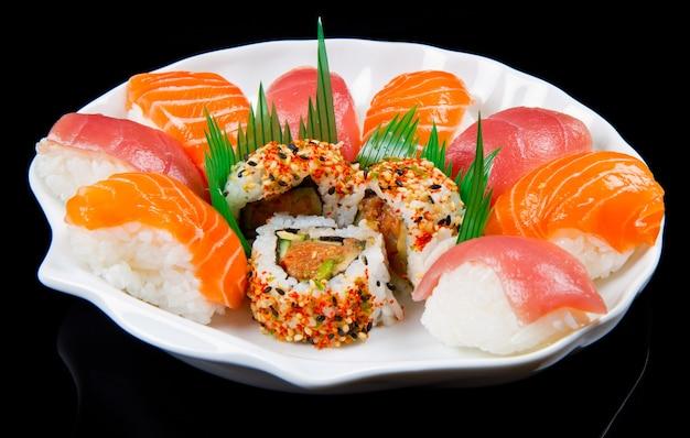 Alimento giapponese tradizionale dei sushi freschi