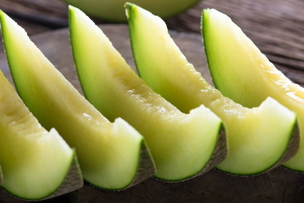 Melone dolce fresco sul tavolo di legno