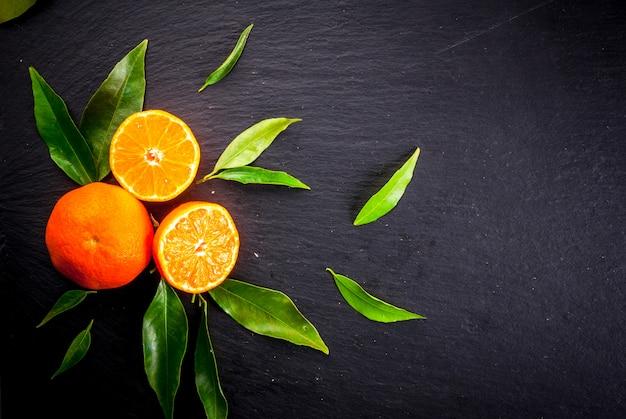 Mandarini freschi con foglie