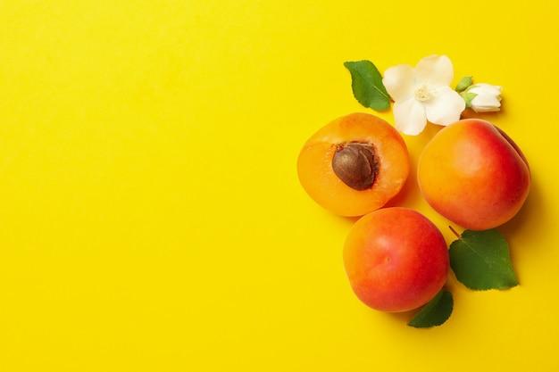 Albicocche saporite fresche su giallo