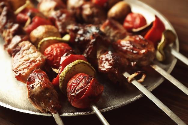 Gustoso barbecue fresco con verdure sul vassoio, primo piano