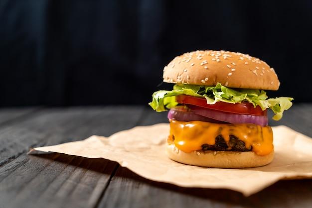 Hamburger di manzo fresco gustoso con formaggio e patatine fritte