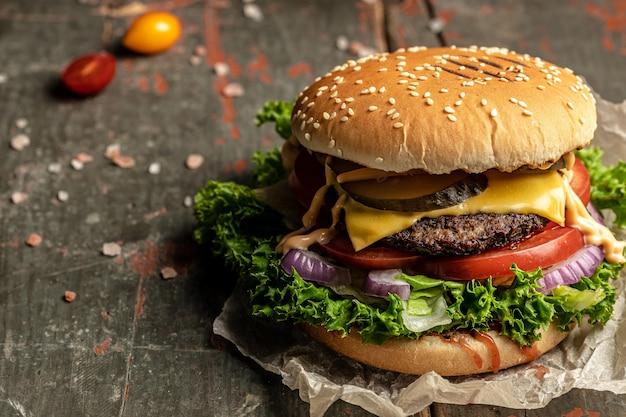 Fresco e gustoso hamburger fast food e concetto di cibo spazzatura, banner, menu, posto ricetta per il testo.