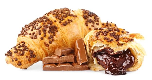 Croissant freschi e gustosi con cioccolato isolato su bianco