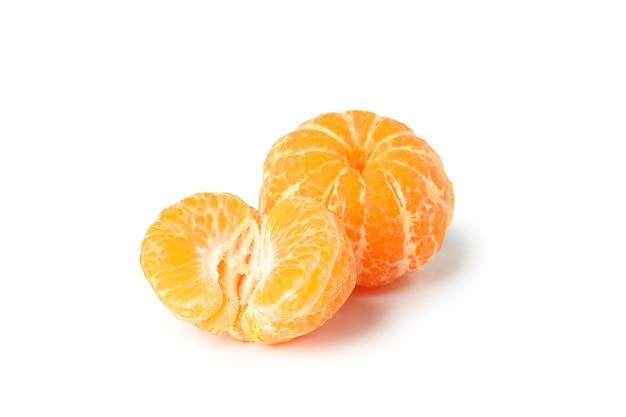 Mandarini saporiti freschi isolati su fondo bianco