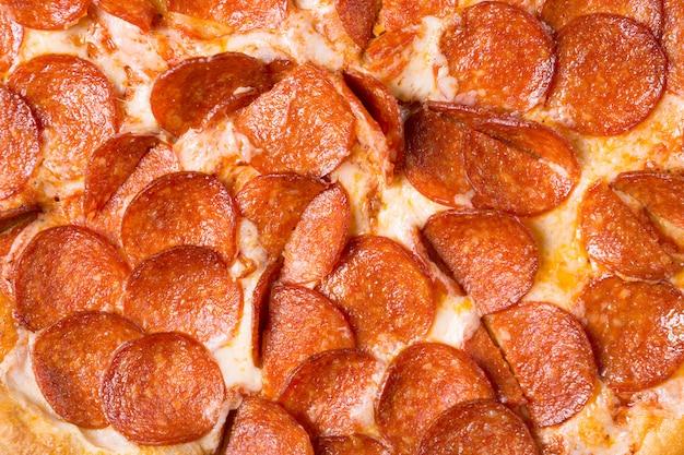 Pizza di peperoni saporita fresca come fondo. pizza da vicino.