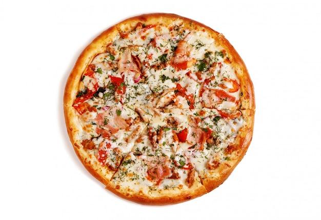 Pizza saporita fresca su fondo bianco