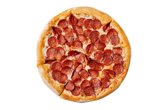 Pizza saporita fresca con le merguez isolate su bianco
