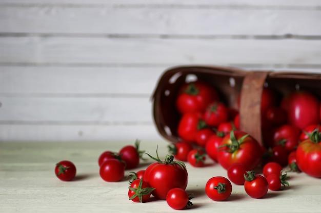 Pomodoro fresco per ketchup su fondo di legno
