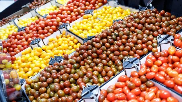 Verdure fresche di pomodoro in un mercato