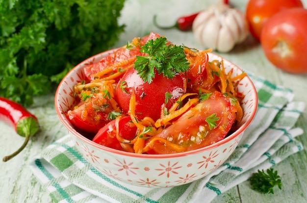 Pomodori freschi carote peperone e spezie verdure sottaceto fatte in casa