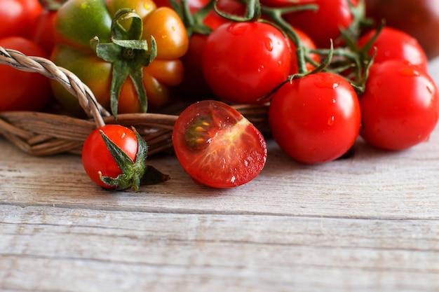 Pomodori freschi su un tavolo di legno da vicino