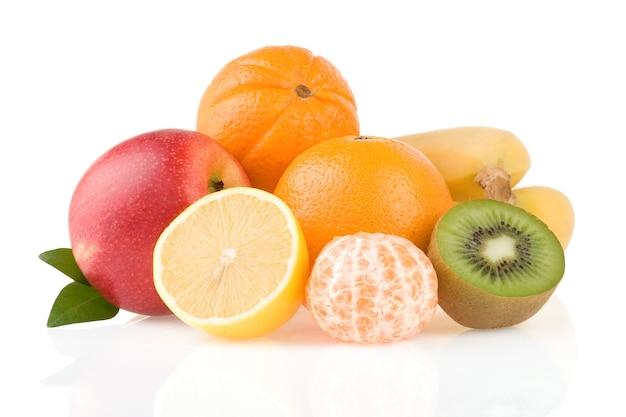 Frutta tropicale fresca e fette isolate sulla superficie bianca