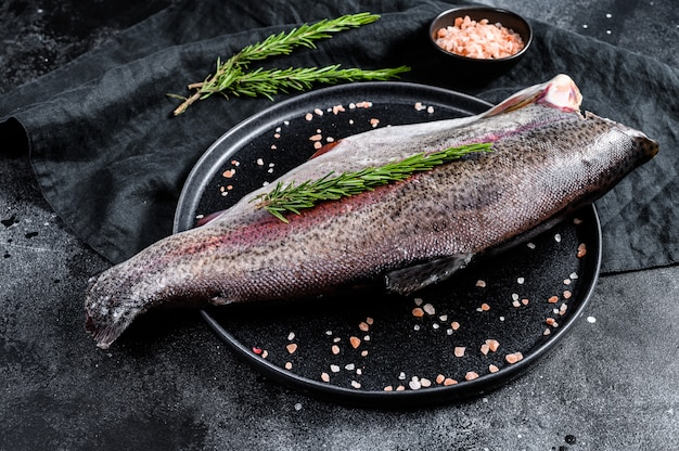 Pesce trota fresco con sale e rosmarino.