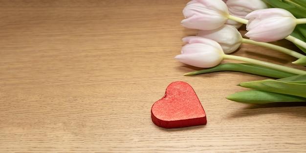 Tulipani freschi e cioccolato a forma di cuore