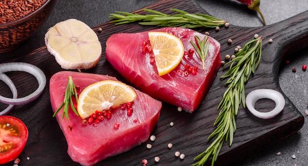 Filetto di tonno fresco con spezie ed erbe aromatiche