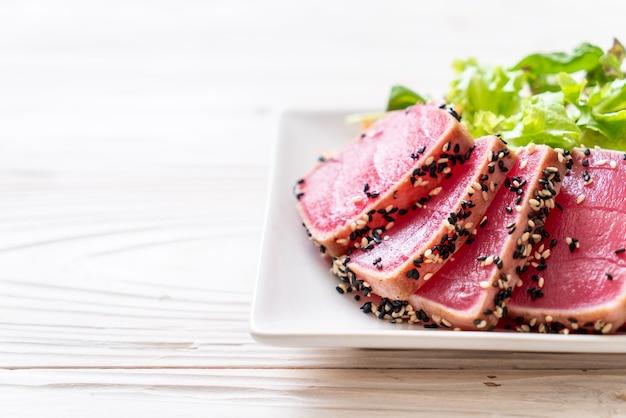 Tonno fresco crudo con insalata di verdure - cibo sano