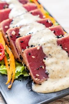 Tonno fresco crudo con insalata di verdure e salsa