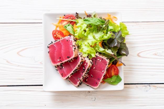 Tonno fresco crudo con insalata di verdure