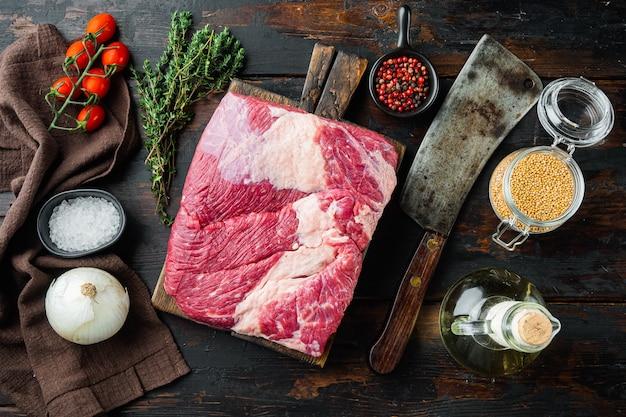 Petto di manzo di carne cruda fresca cruda con ingredienti
