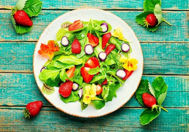 Insalata vegana fresca di fragole mature verdi. insalata di vitamine estive.