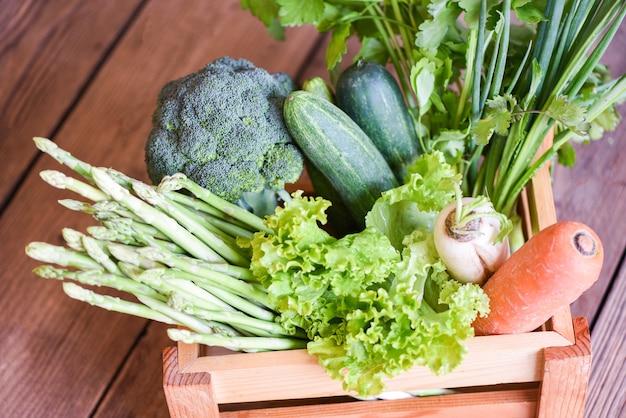 Verdura fresca dal mercato sulla tavola di legno, cibo sano di consegna nel concetto di acquisto della drogheria della scatola