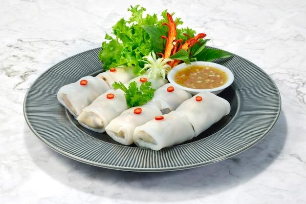 Verdura fresca involucri di riso (kauy tiaw lui suan) ingrediente verdura e carne di maiale tritata antipasto stile tailandese servito salsa al peperoncino piccante e piccante vista laterale