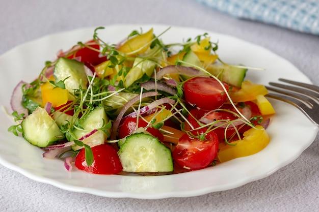 Insalata di verdure fresche con microgreens.