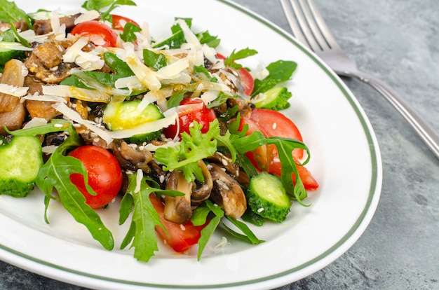 Insalata di verdure fresche con funghi e formaggio. uno stile di vita sano. foto dello studio.