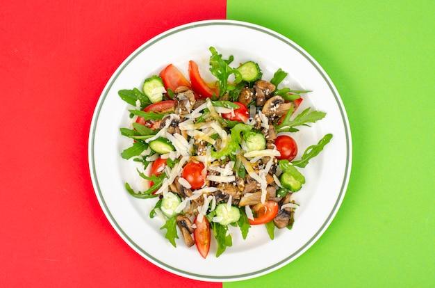 Insalata di verdure fresche con funghi e formaggio. uno stile di vita sano.