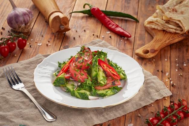 Insalata di verdure fresche su sfondo di legno, cibo vegetariano