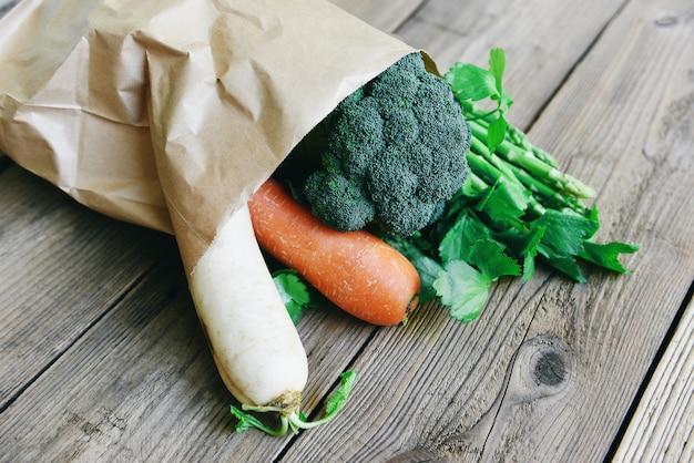 Verdura fresca da asporto shopping sacchetto di carta, consegna cibo sano e shopping di drogheria sacchetto di carta