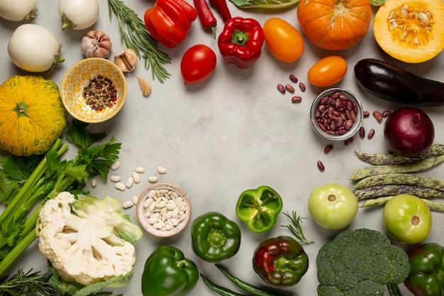 Disposizione di verdure fresche con copia-spazio