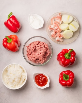 Verdure fresche come ingredienti per i peperoni ripieni