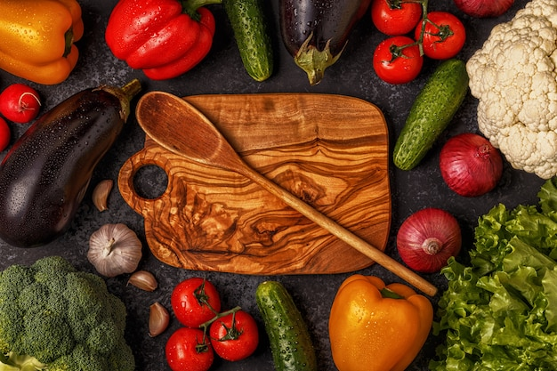 Verdure fresche su un tavolo scuro