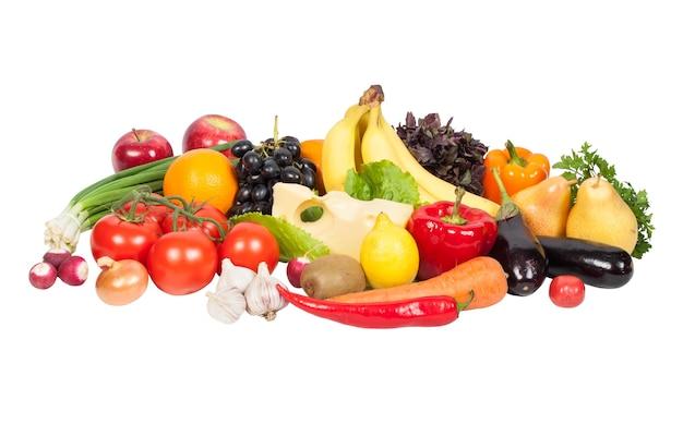 Verdure fresche e frutta isolate su superficie bianca
