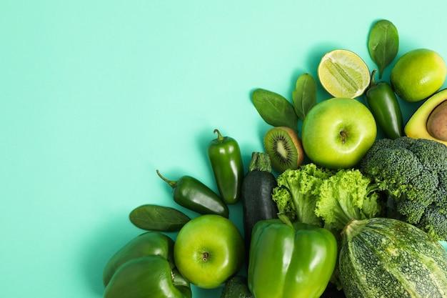 Verdure fresche e frutta su sfondo di menta