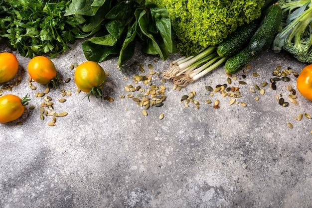 Verdure fresche e verdure. close-up vista dall'alto con copia spazio.