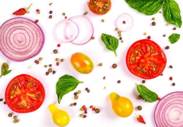 Verdure fresche, erbe e spezie isolate su bianco