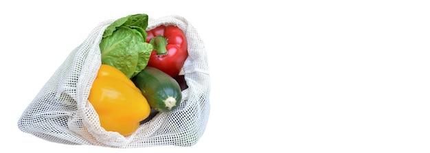 Verdure fresche in un sacchetto riutilizzabile