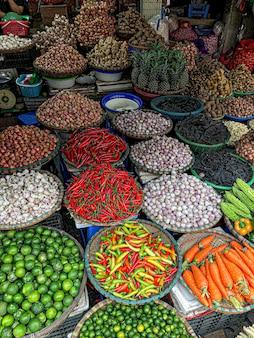 Verdure fresche in vendita al mercato alimentare di strada nella città vecchia di hanoi, vietnam