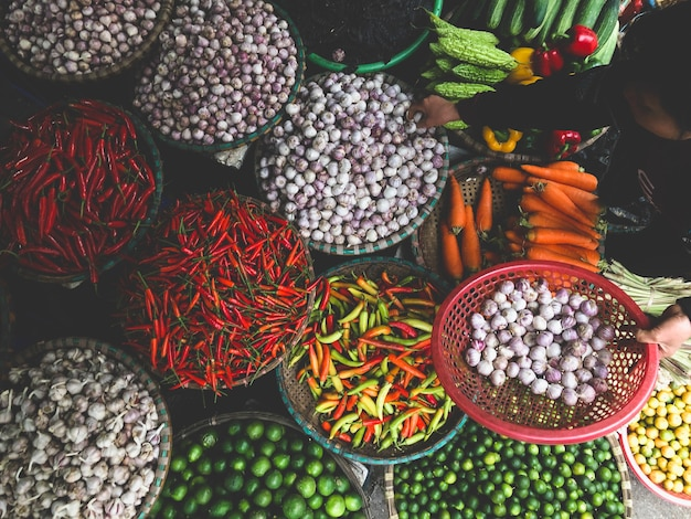 Verdure fresche in vendita al mercato del cibo di strada nella città vecchia