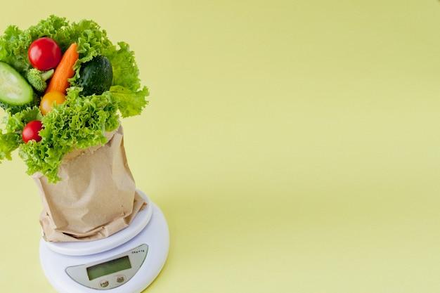 Verdure fresche su scale su sfondo giallo. vegano e concetto sano. Foto Premium