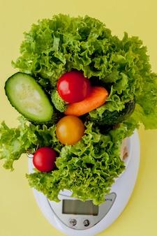 Verdura fresca sulle scale su giallo. vegan e salutare.