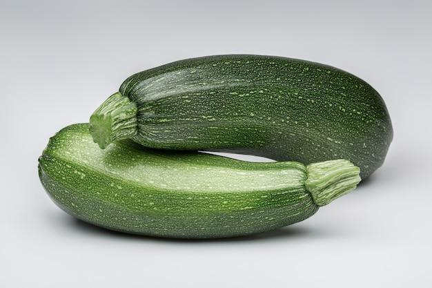 Verdure fresche. nature morte. due zucchine verdi.